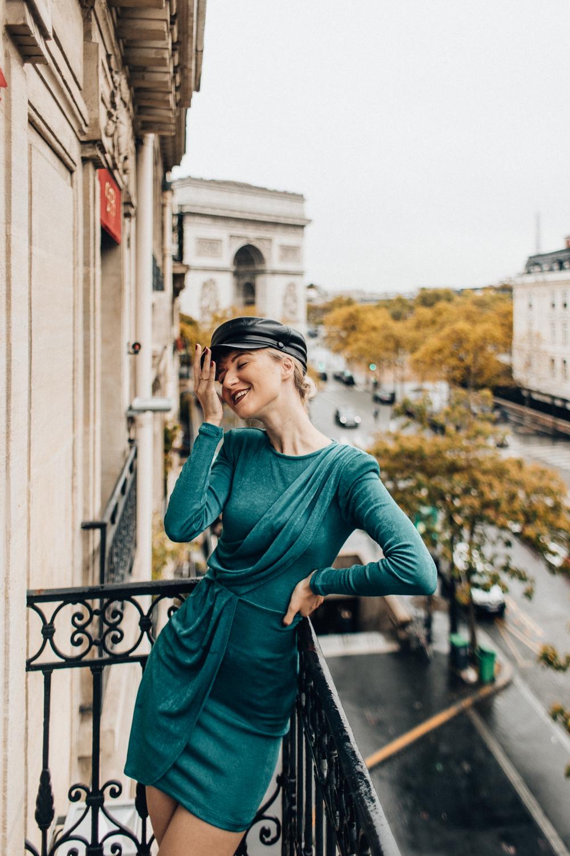 Hotel w Paryżu z widokiem na Łuk Triumfalny