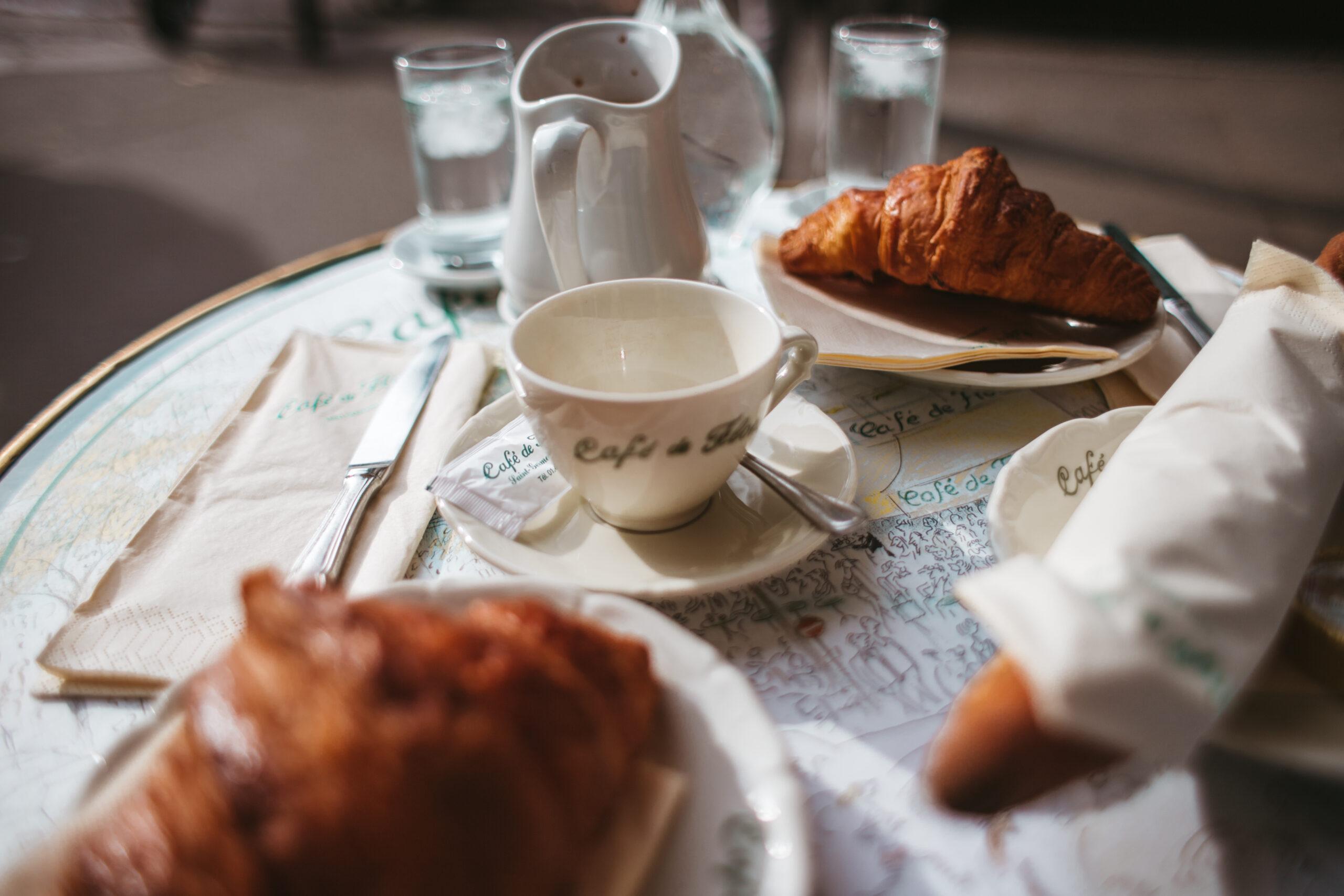 Cafe de Flore, Paris, 6 arrondissement, Paryż kawiarnia, kultowa kawiarnia w paryżu, kawa, paris croissant, Paryż gdzie zjesc