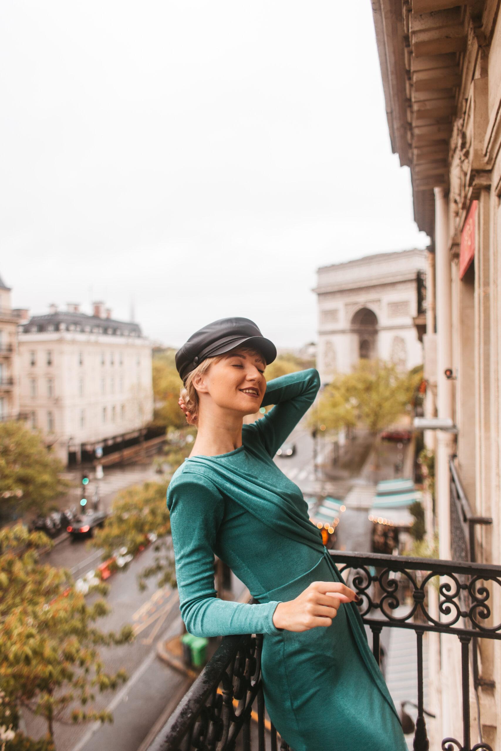 Łuk Triumfalny, Balkon, hotel w paryżu z widokiem na Łuk Triumfalny, Hotel Belfast, Paris balcony, apartament w Paryżu, elegant, woman, widok z hotelu w paryżu, 17 arrondissement paris