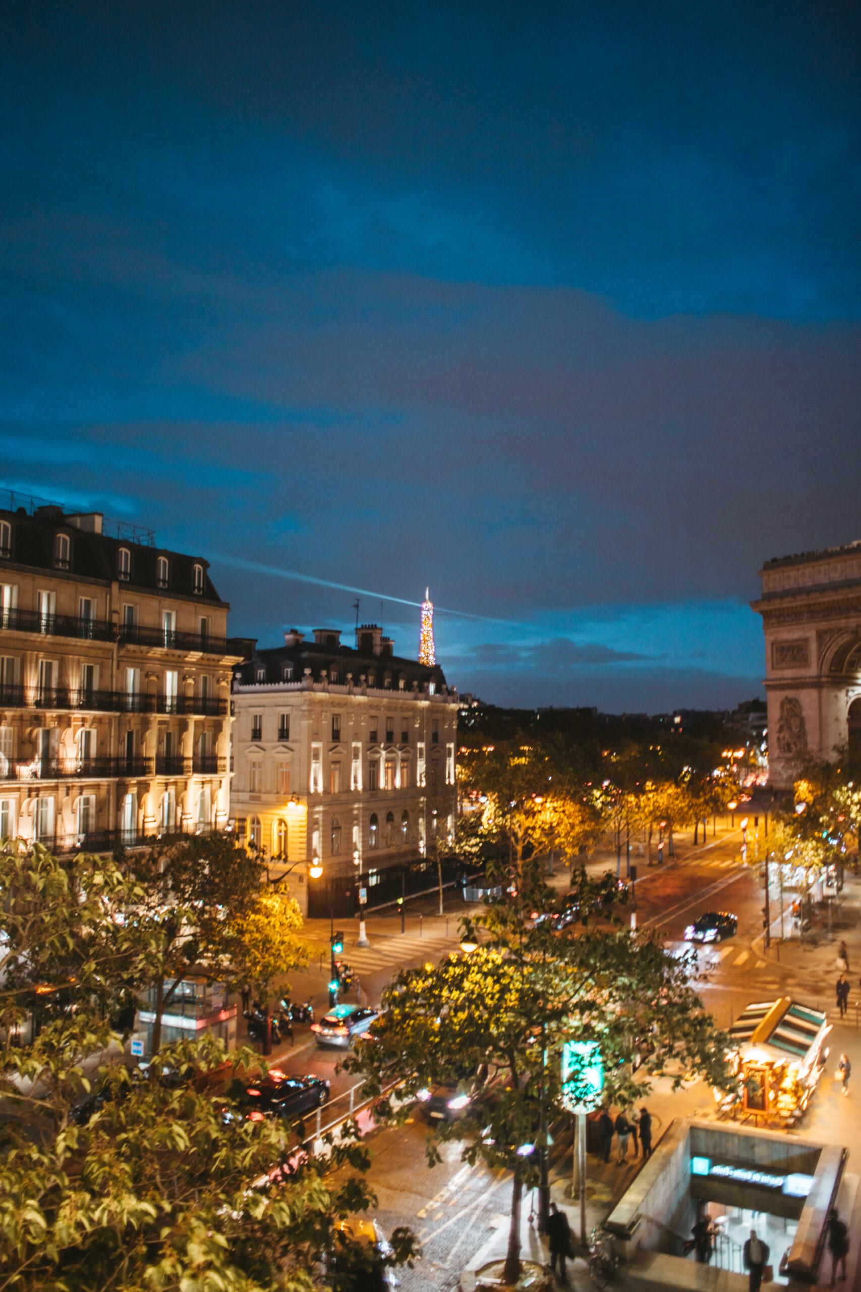 hotel z widokiem na wieżę eiffla, hotel belfast 17th arrondissement paris, Łuk Triumfalny, Balkon w paryżu z widokiem, paryż nocleg, Wieża Eiffla nocą, widok z hotelu Belfast