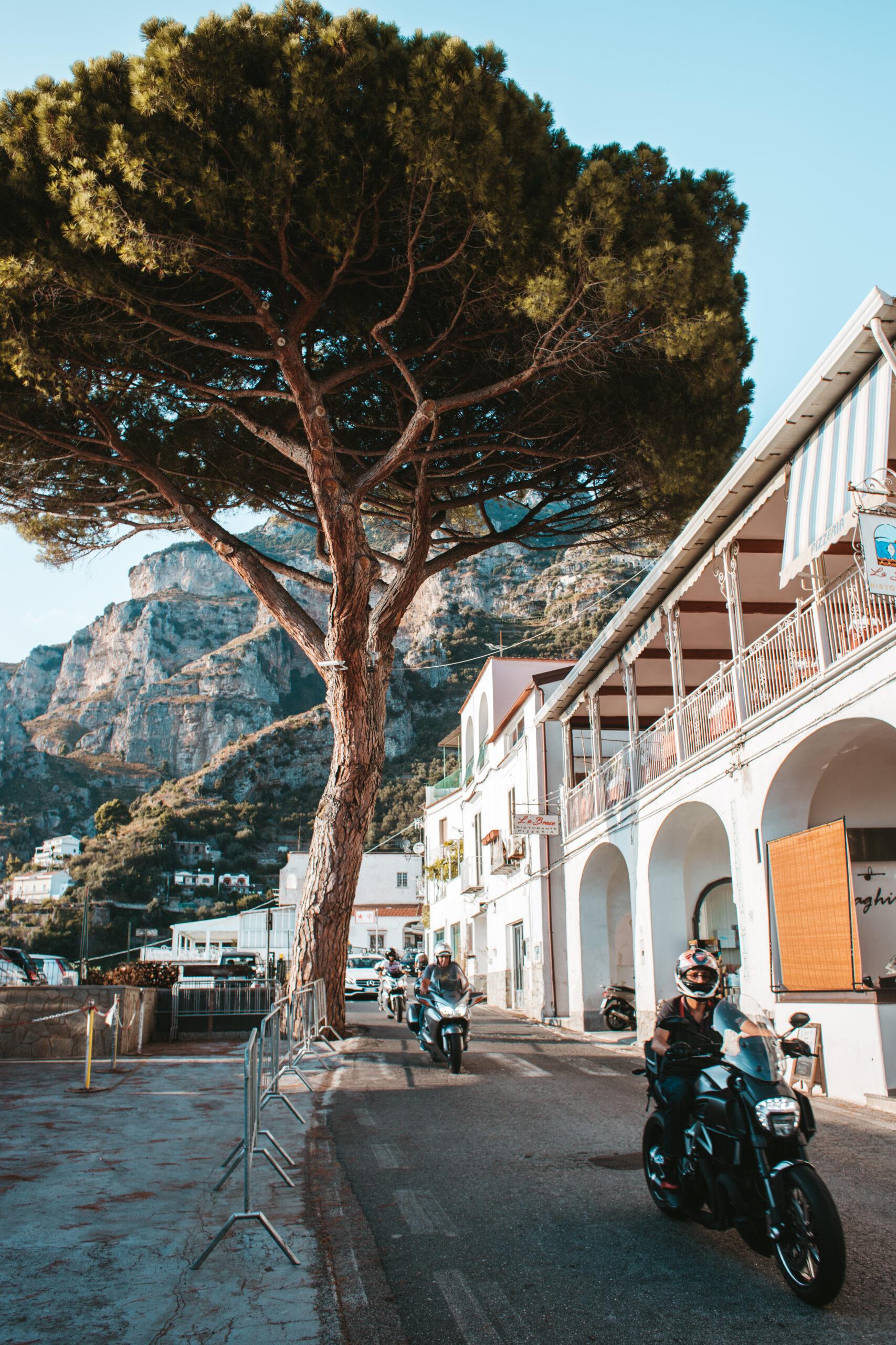 Praiano ulica, Positano, Amalfi, Wybrzeże Amalfitańskie, motor, skały, platan drzewo