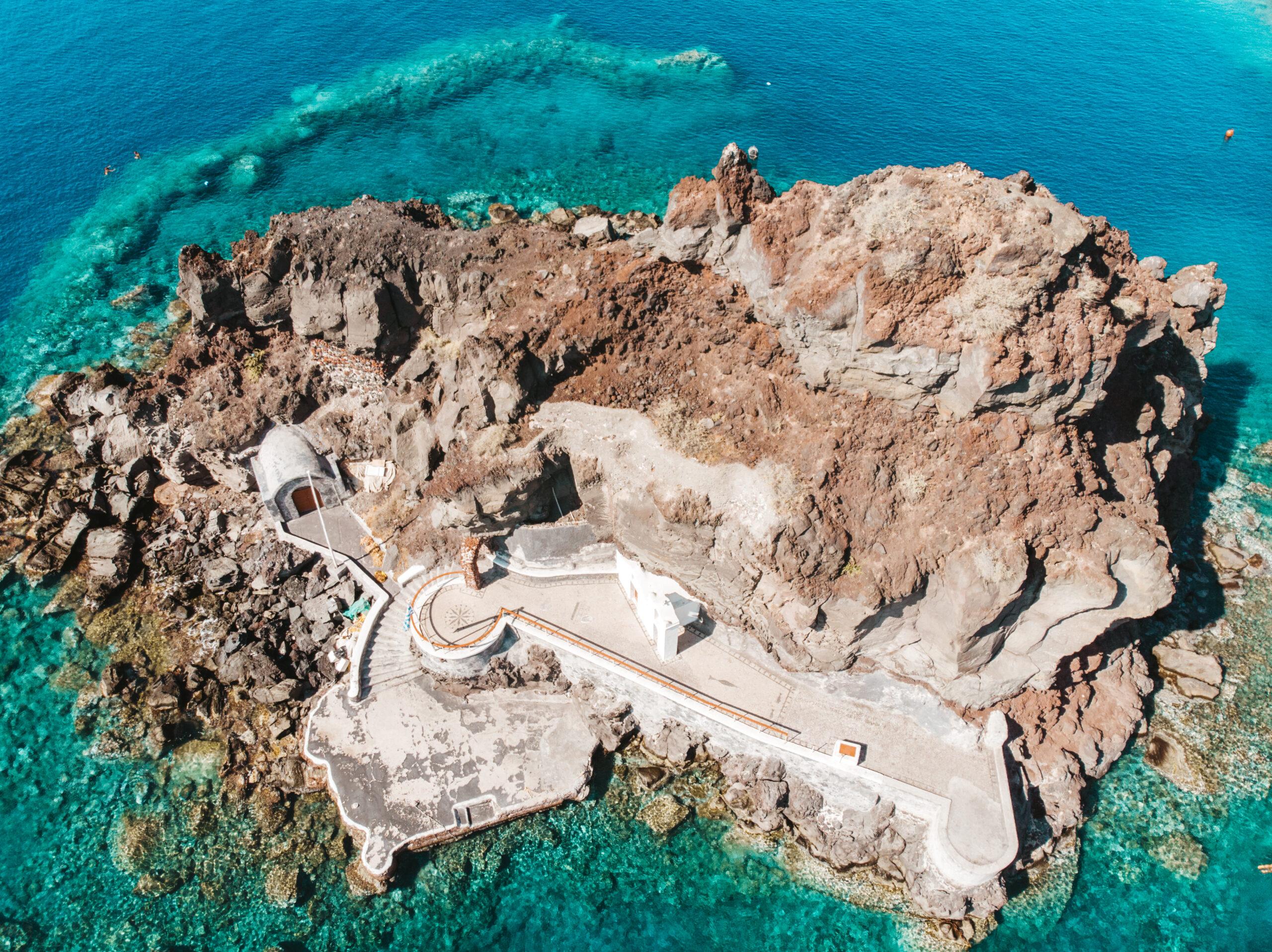 Agios Nikolaos o Peramataris, wyspa wysepka Ammoudi, Oia