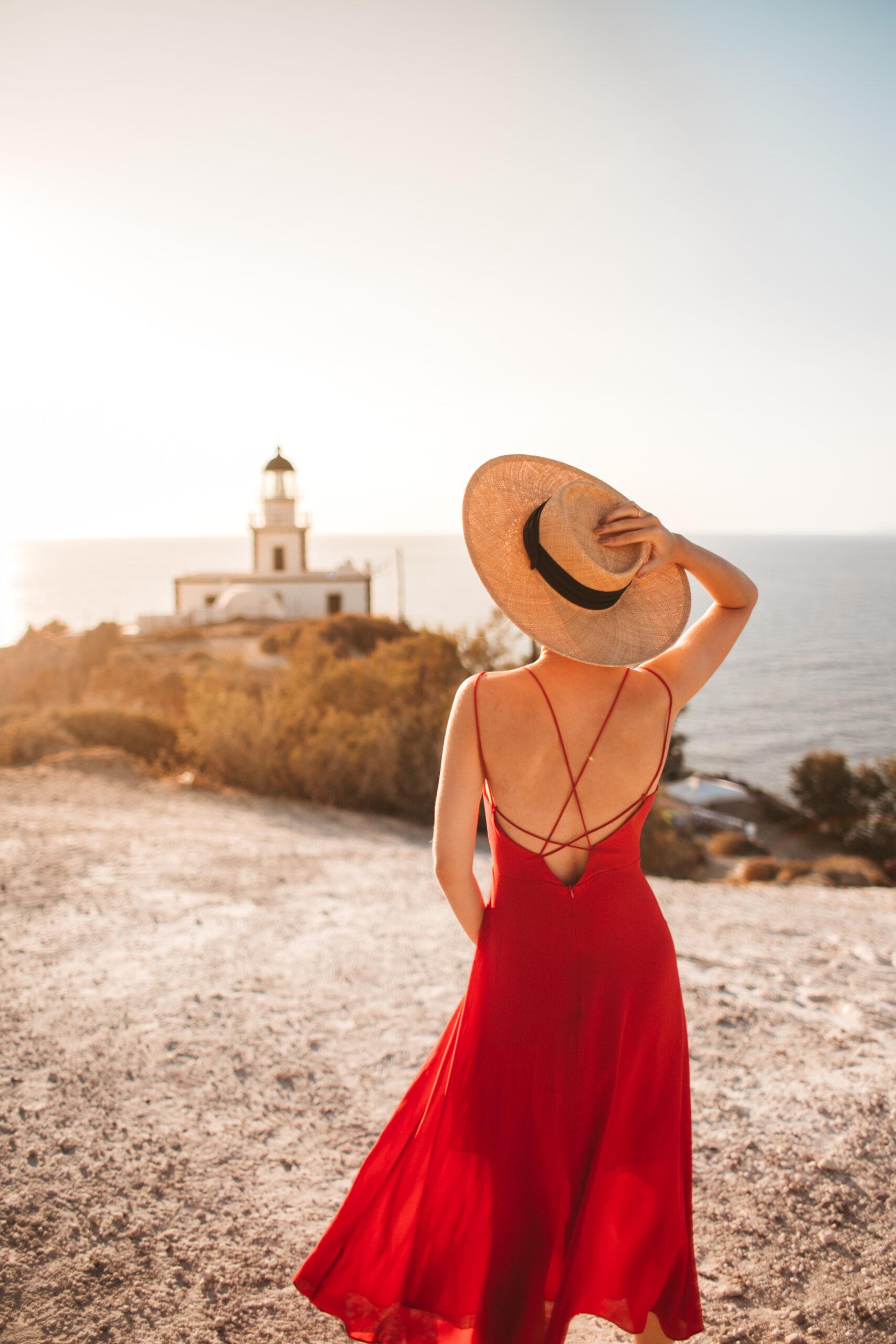 Latarnia Santorini Akrotiri, atrakcje Santorini, blogerka, czerwona suknia, zachód słońca