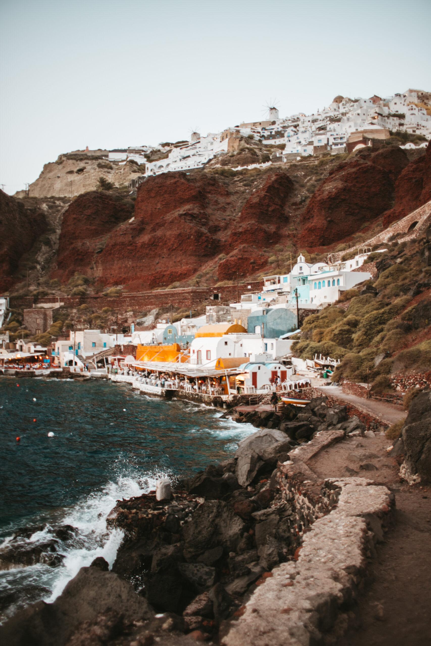 Oia Ammoudi Bay, Oia co zobaczyć, blog podróżniczy, białe domki na klifie, caldera