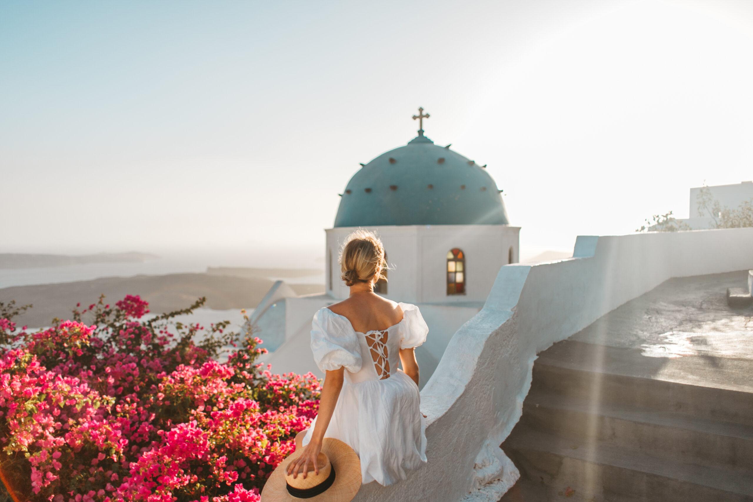 Santorini czy warto, Imerovigli, co zobaczyć Santorini, niebieska kopuła, kościół, blogerka podróżnicza