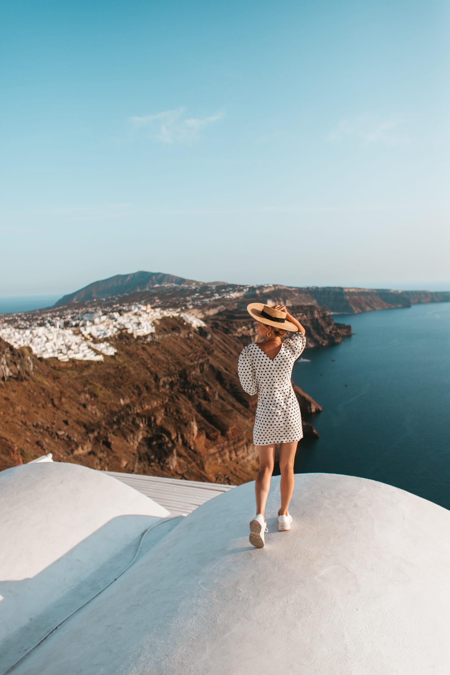 Blog Santorini, blogerka podróżnicza na dachu, widok na kalderę, Imerovigli