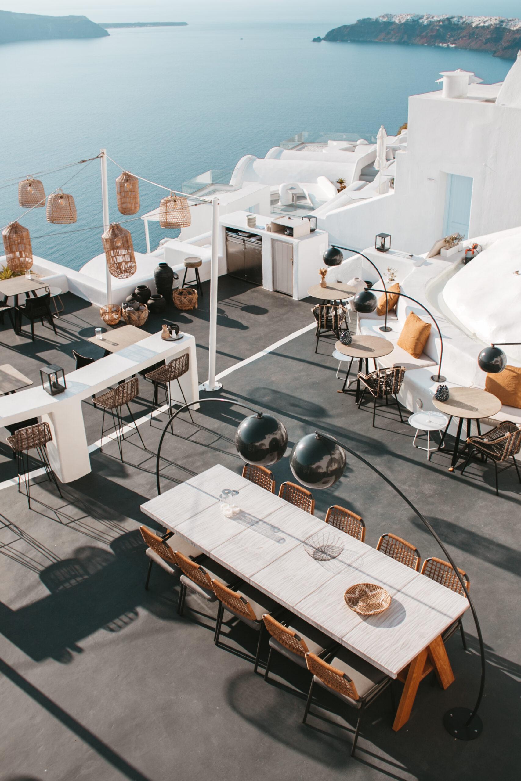 Atrakcje Santorini, co zobaczyć, Imerovigli, kaldera, caldera, białe domki Santorini, stylowa restauracja