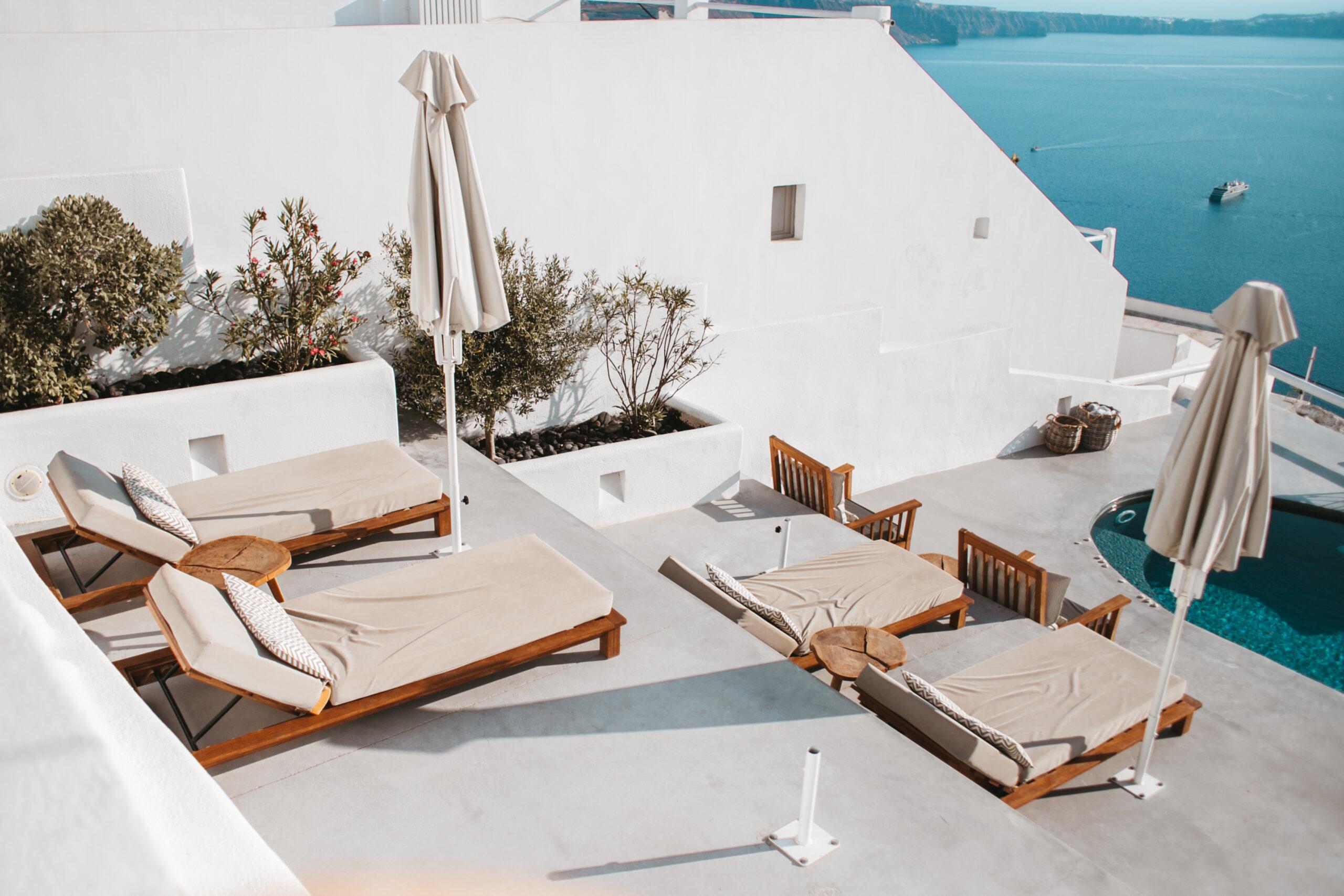 Santorini Imerovigli hotel z widokiem na kalderę, design, apartment, dizajnerski apartament Santorini, basen, leżaki, caldera, widok na kalderę