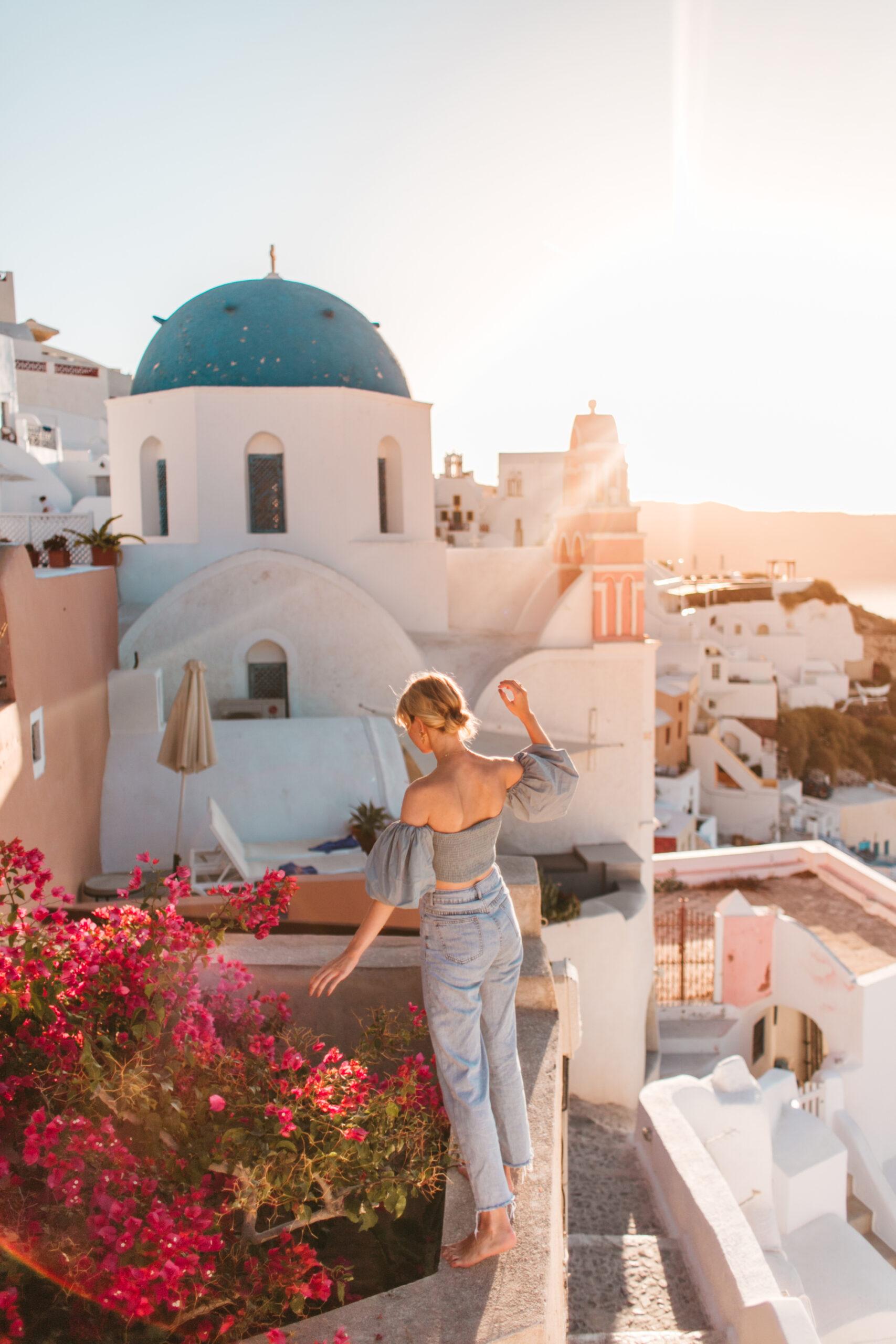Poranek w Oia Santorini, uliczka, schody, blog podrozniczy co zobaczyc
