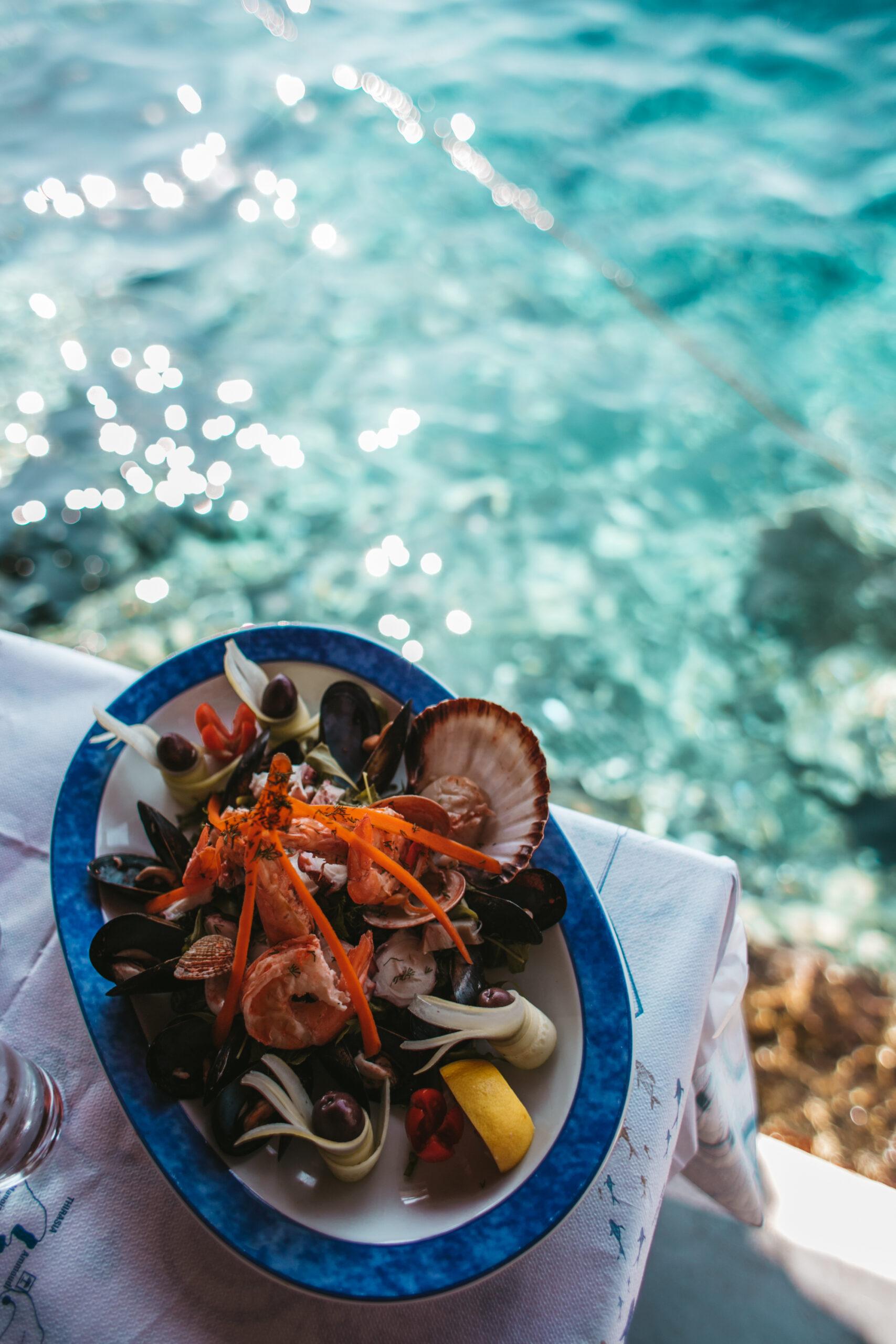 Owoce morza, seafood Santorini Oia, krewetki, małże, oliwki, cytryna, ośmiornice