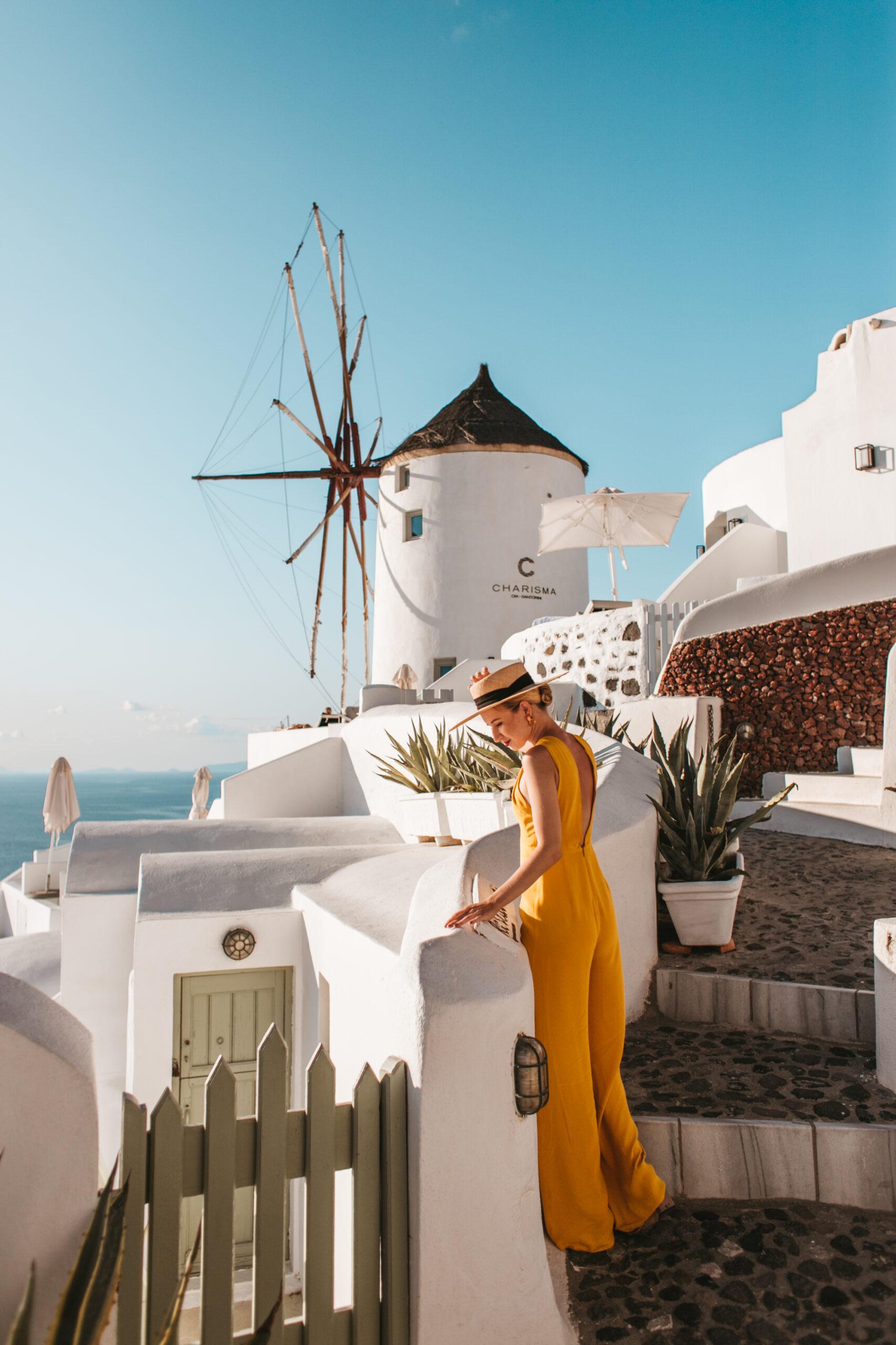 Santorini wiatraki Oia, Greckie wiatraki, ubrania na santorynie