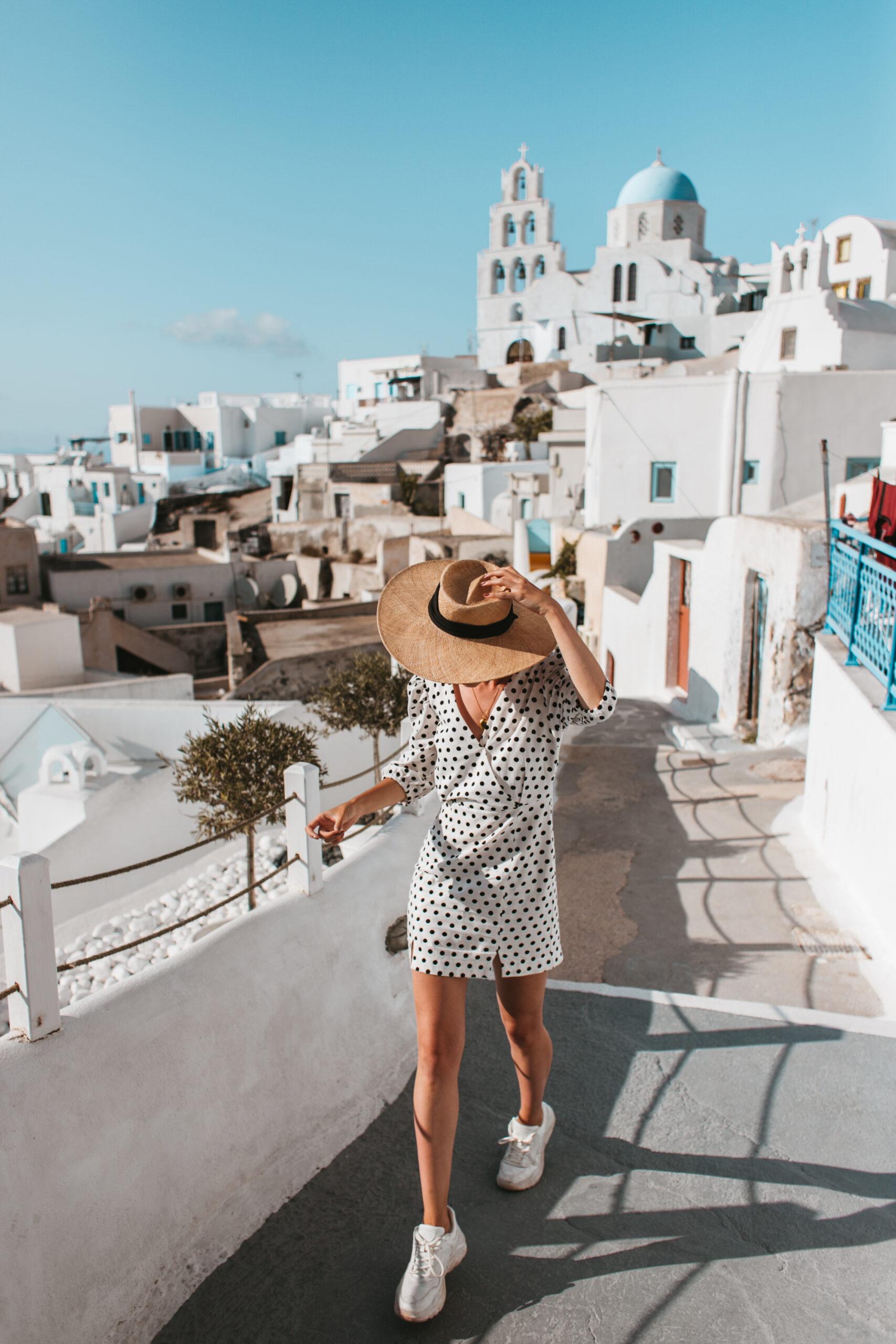 Pyrgos Santorini Grecja co zobaczyć blogerka kobieta uliczka