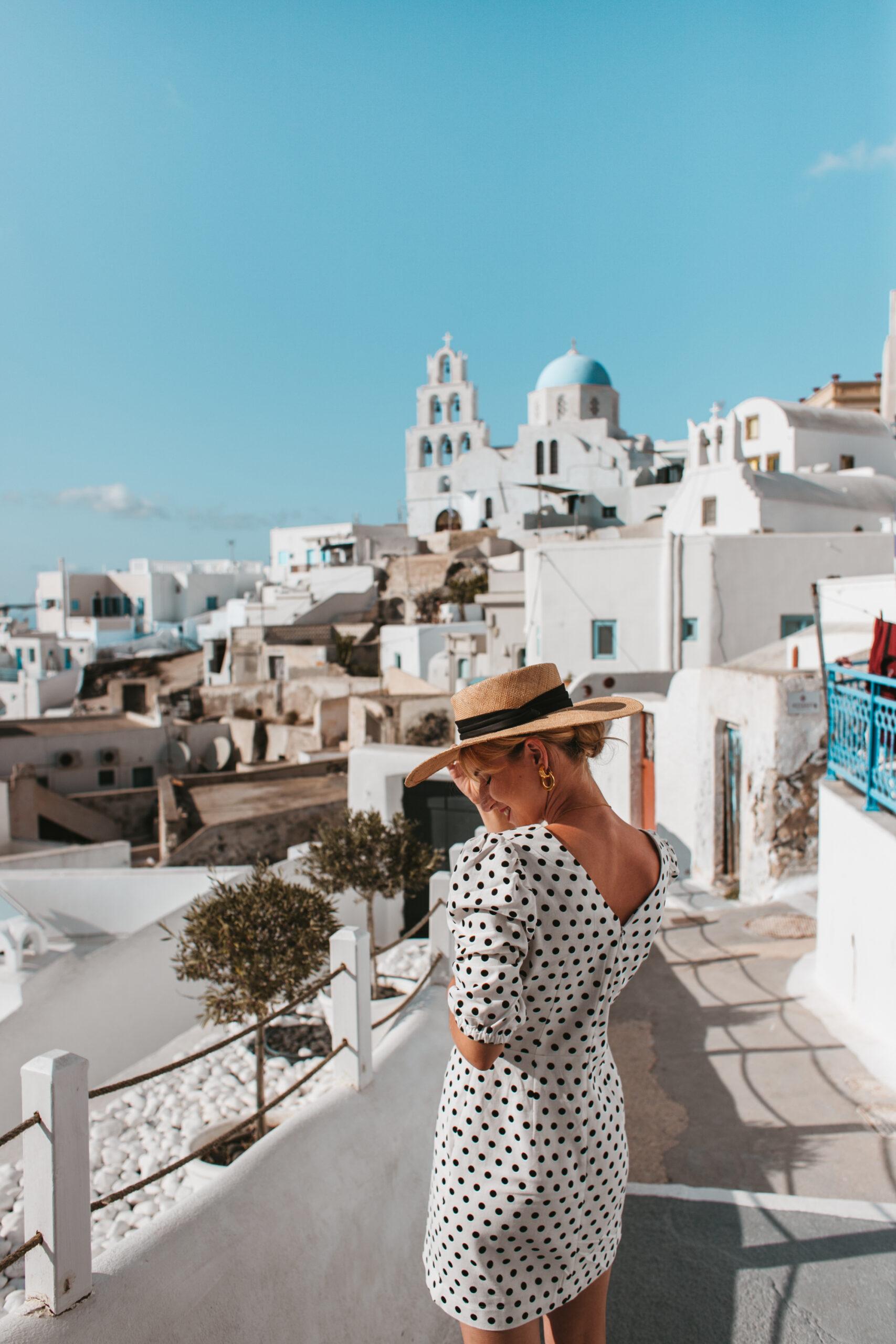 Kobieta w Pyrgos Santorini Grecja wioska białe domki blogerka podroznicza blog retrospekcje