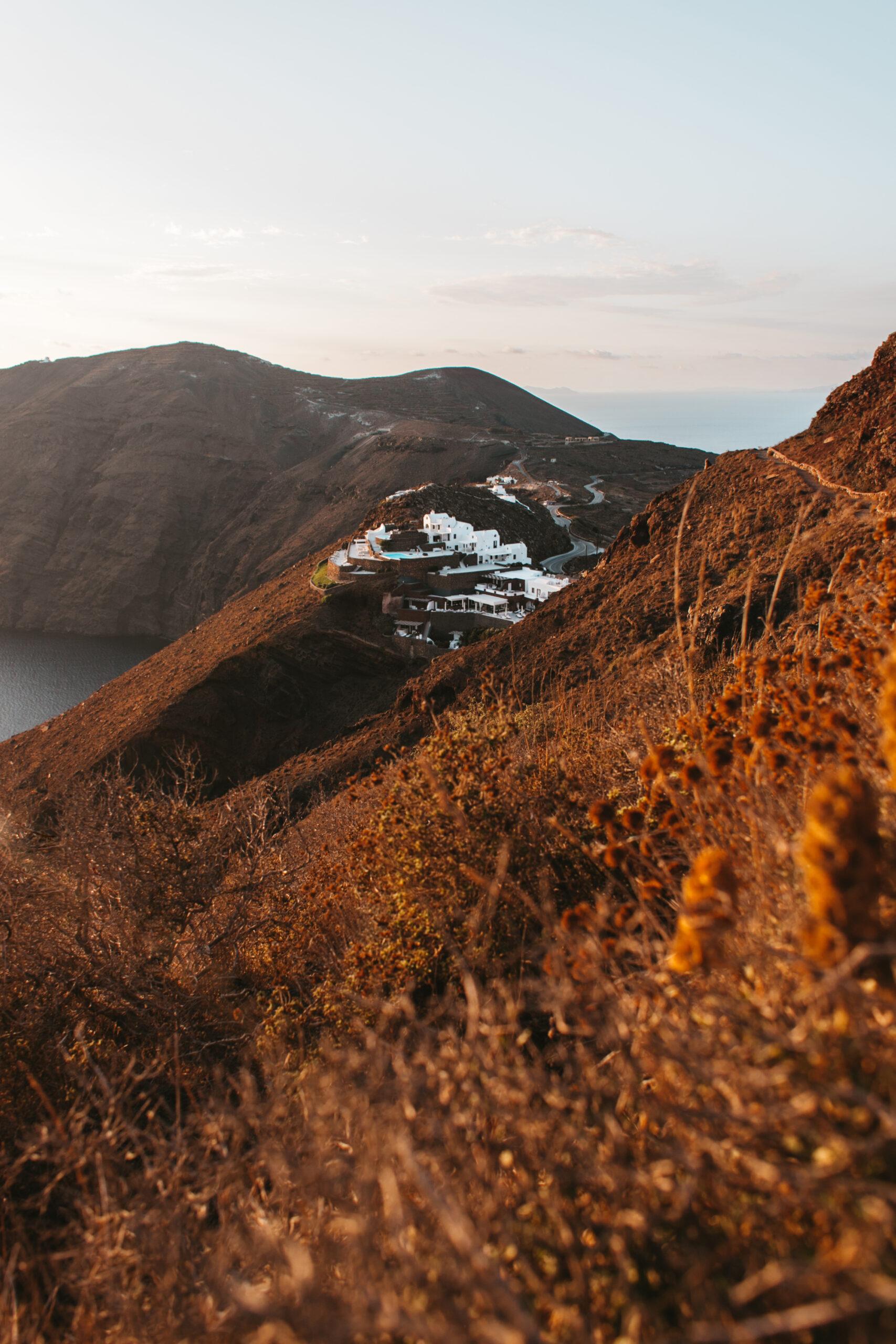 Widok na kaldere Santorini, ścieżka z Fira do Oia, Grecja, co robić na Santorini, trekking Santorini