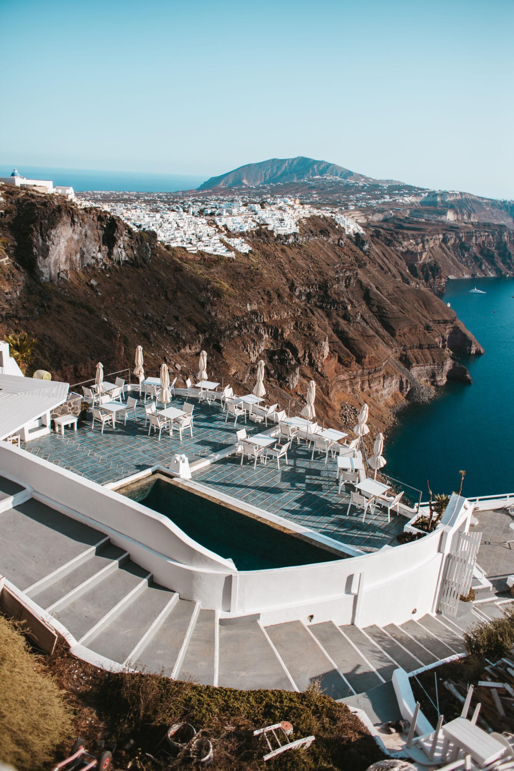 Widok na kalderę z Imerovigli Santorini, kaldera, białe domki na klifie i restauracja Santorini