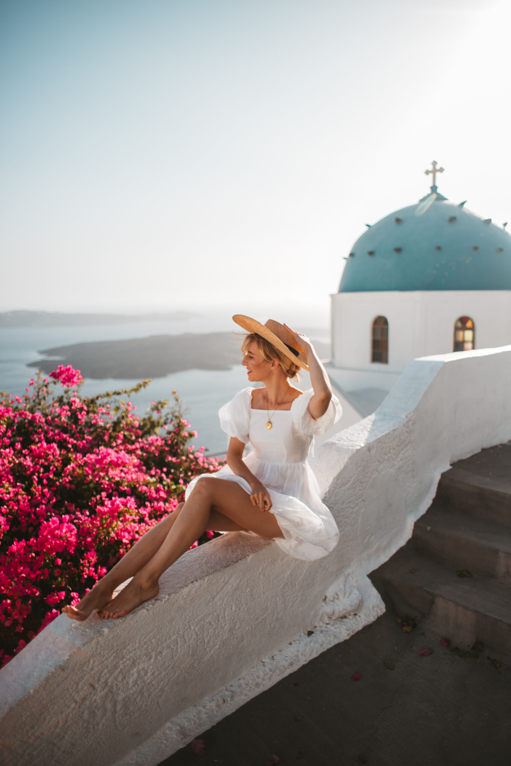 Blog podróżniczy, Santorini Grecja, Imerovigli, co zobaczyć, blogerka w białej sukience, gdzie na wakacje